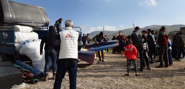 Distribución de artículos de higiene y suministros para el invierno (mantas, colchones, garrafas) en un campo de la zona de Jebel Harem, en el noroeste de Siria.