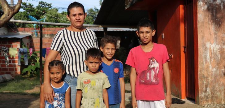 La casa donde Garith y sus cuatro hijos viven en Tame, Arauca. Aunque ella y su esposo trabajan para encontrar materiales reciclables y ocasionalmente como asistentes de estacionamiento, les resulta difícil recaudar suficiente dinero