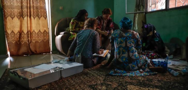 Dos veces por semana, un equipo de Médicos Sin Fronteras realiza visitas domiciliarias a pacientes cuyo cáncer les impide acudir al hospital.