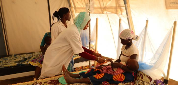 Una enfermera junto a una madre y su hija en Titao, Burkina Faso.