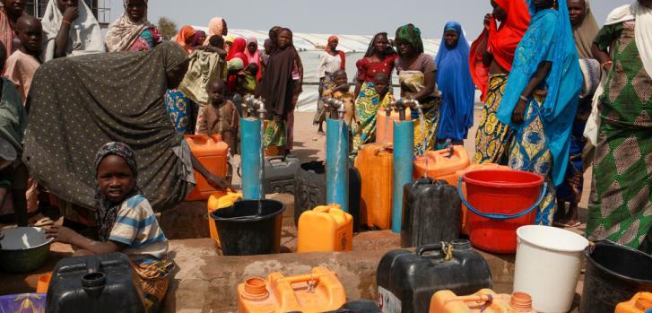 Febrero de 2020: una atmósfera tensa en uno de los pozos perforados en Pulka, ya que las mujeres intentan obtener suficiente agua para sus familias.