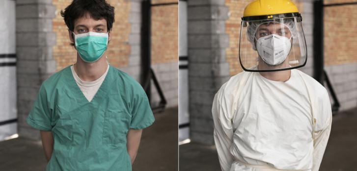 Nuestro médico Louis Fonsny antes y después de vestirse con el equipo de protección para ingresar al área de pacientes en el proyecto de Tour & Taxis COVID-19 en Bruselas, Bélgica.