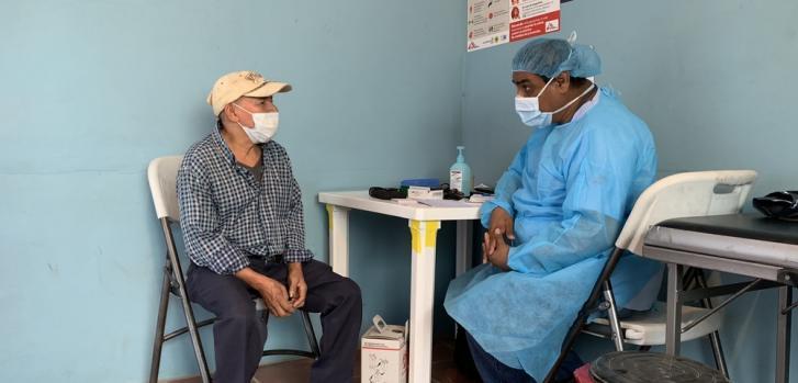 En El Salvador, las clínicas móviles en áreas afectadas por la violencia continúan con medidas de protección personal, priorización y distanciamiento físico, para garantizar una atención médica segura para los pacientes y equipos médicos.