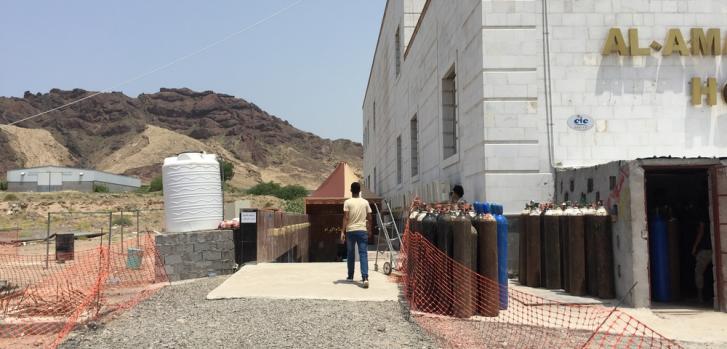 Gestionamos el centro de tratamiento de COVID-19 en el hospital Al Amal, en Aden, desde el 7 de mayo. Contamos con personal local e internacional que trabaja las 24 horas para brindar la mejor atención posible a las personas enfermas con COVID-19.