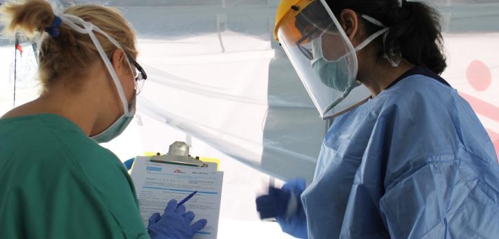 Un equipo verifica cuidadosamente los protocolos todos los días en el centro especial de COVID-19 en Caracas, Venezuela.