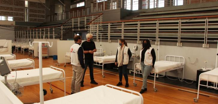 En apoyo al Hospital del Distrito de Khayelitsha, Sudáfrica, Médicos Sin Fronteras abrió un centro de tratamiento COVID-19 para satisfacer las necesidades de la comunidad local durante la epidemia.