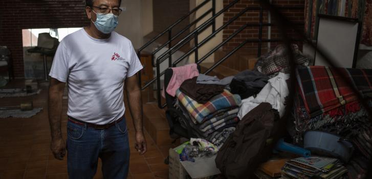 El personal y voluntarios de los albergues y comedores es capacitado por MSF en el uso adecuado del equipo de protección, el manejo de desechos, de la lavandería, la detección de síntomas, establecer circuitos que eviten la contaminación de zonas.