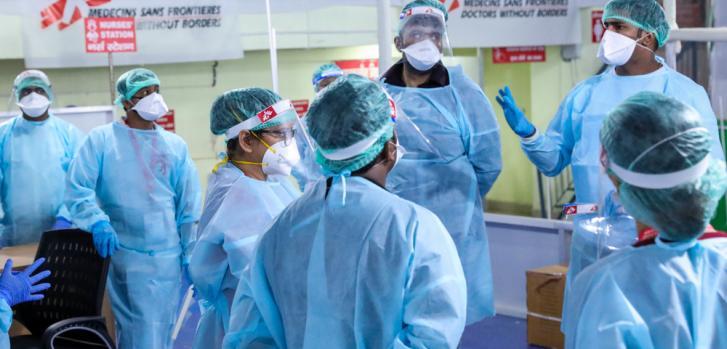 Un grupo de representantes de diferentes equipos verifica cuidadosamente los protocolos todos los días.