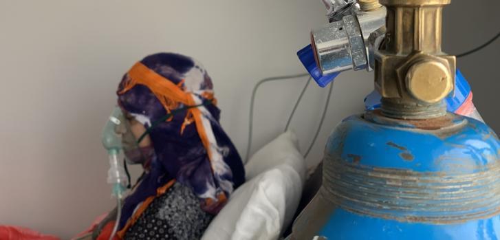 Khairiya, de 75 años, es tratada por COVID-19 en el hospital Sheikh Zayed que apoyamos en Sana'a. Yemen, junio de 2020