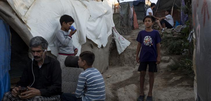 Yasin es un niño afgano de 9 años que visita la clínica pediátrica de Médicos Sin Fronteras una vez a la semana con su padre Mohtar, para consultar con un psicólogo infantil. Campo de Moria, en Lesbos, Grecia. Julio de 2020.