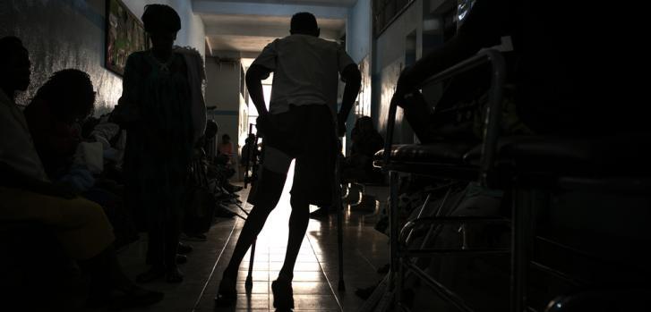 Un paciente con muletas en el área de consultas ambulatorias de Saint Mary Soledad, Bamenda, noroeste de Camerún.