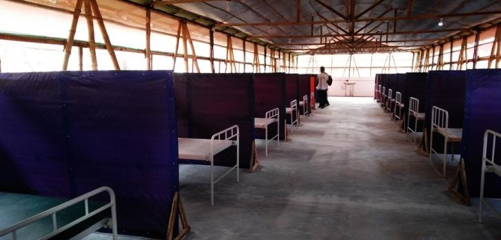 Una sala en el centro de aislamiento y tratamiento de MSF en respuesta al COVID-19, en el campo de refugiados de Nayapara, Bangladesh.