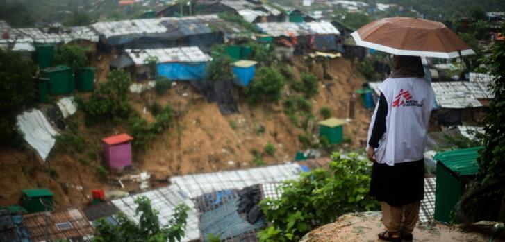 Tanbin Muftah observa desde un punto alto el campo de refugiados de Jamtoli en Cox's Bazar, en el sureste de Bangladesh.