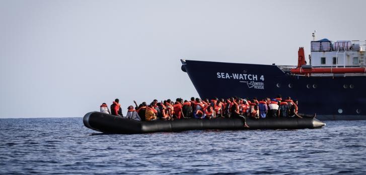 Al amanecer del 23 de agosto de 2020, los equipos de MSF a bordo del Sea Watch 4 rescataron a 97 personas de un bote de goma. Los hombres, mujeres y niños en peligro fueron vistos en aguas internacionales, a unas 30 millas náuticas de Libia.