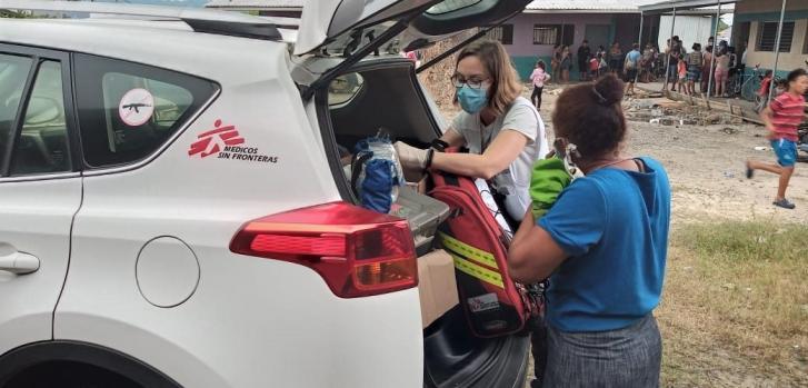Parte del equipo de Médicos Sin Fronteras brindando apoyo tras el huracán Eta en Honduras.