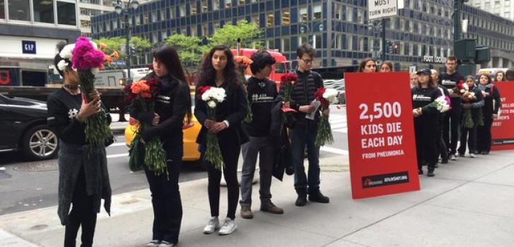 Mientras MSF entregaba la petición, 2.500 flores fueron colocadas frente a las oficinas de Pfizer en representación del número de niños que mueren de neumonía cada día.
