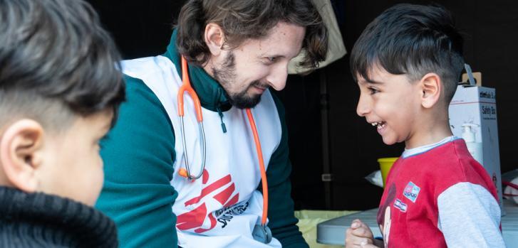 Vacunación en campo de refugiados en Grecial