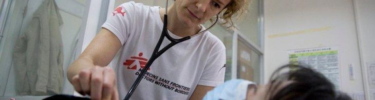 Médica atiende a una paciente de la clínica de MSF en Nanning, China © Jon Browning