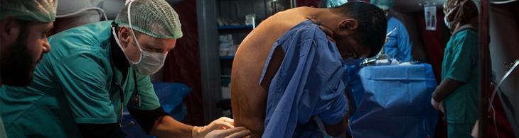 Anestesiólogo asiste a un paciente de un hospital de Costa de Marfil © Vincent Lovergine