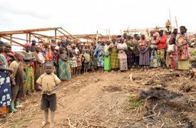 La gran mayoría de las personas desplazadas en estas zonas de Katasomwa, en la provincia de Kivu del Sur, son mujeres y niños. Una evaluación inicial muestra que muchos de los niños sufren desnutrición severa.