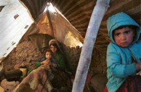 Una familia refugiada se abriga para enfrentar el frío en el campo de Sar-e Pol, al norte de Afganistán. Diciembre de 2001