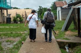 Al llegar a Bajo Chiquito mojados, desorientados, sedientos, hambrientos y con los pies destrozados, las personas migrantes registran su presencia en Panamá ante las autoridades y suelen dirigirse al puesto de salud en el que trabajamos. Junio de 2021