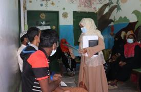 La supervisora de salud mental de MSF está recibiendo a los pacientes que visitan nuestras instalaciones en Kutupalong para recibir apoyo en salud mental.