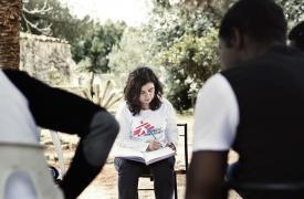 Los equipos de MSF brindan atención en salud mental en el centro de recepción de migrantes en Pozzallo, Sicilia
