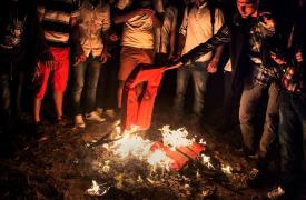Sirios que acaban de llegar de noche a la isla de Kos, sin saber qué hacer ni dónde ir, prenden fuego sus chalecos salvavidas para llamar la atención de la guardia costera y la policía greiga. Alessandro Penso