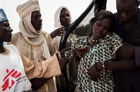 Bol, Lago Chad - Una mujer joven, de un campo para desplazados internos en la ciudad de Yakoua, es asistida después de haber viajado más de 30 km en un carro a caballo para llegar a la clínica móvil de MSF cerca de Bol, Chad ©Dominic Nahr