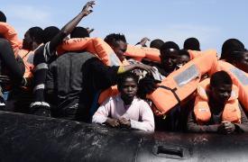 Refugiados en botes en el Mar Mediterráneo