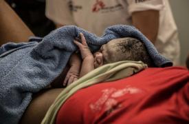 Divan descansa sobre el vientre de su mamá instantes después de nacer en el barco de Médicos Sin Fronteras en el Mediterráneo ©Marta Soszynska/MSF