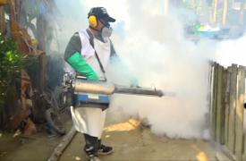 Nuestros equipos realizando tareas de fumigación para combatir el dengue en Honduras.