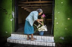Las visitas de los párrocos también se suspenden. Pese a ello, las mujeres siguen manteniendo la iglesia adornada e impoluta.