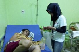 Partera de MSF atiende a una paciente afectada por el tsunami
