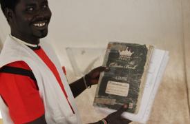 Jeremiah con el libro que mantuvo a salvo durante 4 meses y que ayudó a retomar el tratamiento vital de decenas de pacientes. ©MSF