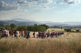 Grupo de unos 150 migrantes en la ruta de Idomeni © Alessandro Penso