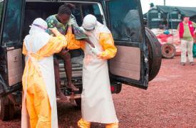 Centro de tratamiento de Èbola de MSF en Kailahun, Sierra Leona. © Sylvain Cherkaoui/Cosmos
