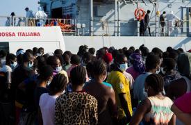 Médicos Sin Fronteras (MSF) insta a la Unión Europea (UE) y a Italia a que no abandonen a los refugiados en el mar. Migrantes y refugiados desembarcan en Sicilia tras ser rescatados del mar. © Ikram N'gadi