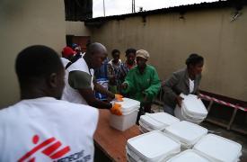 Médicos Sin Frontears: Distribución de kits de protección en medio de una epidemia de Ébola