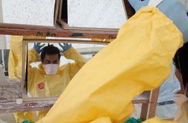 El Dr Javid Abdelmonemin de MSF se viste con el traje protector antes de comenzar su ronda de pacientes en el Centro de Ébola de Kailahun, Sierra Leona