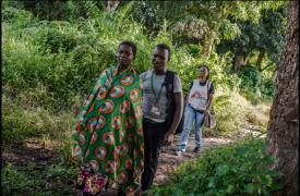 Equipo de educación comunitaria de MSF visita los pueblos de Yambio. © Matthias Steinbach