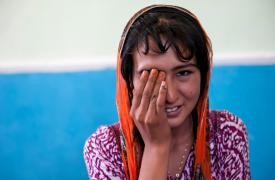 Shahnoza hace un test de visión. Paciente del programa pediátrico de MSF para tuberculosis resistente en Tajikistan Wendy Marijnissen