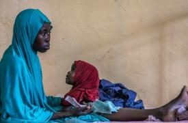 Fátima y su hija dentro del hospital de MSF en la ciudad de Pulka, al noreste de Nigeria. Fátima tiene 18 años y es de la ciudad de Geidem, en el estado de Yobe, en el noreste de Nigeria.