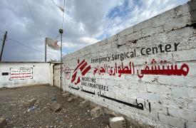 El hospital de traumatología de Médicos Sin Fronteras en Mocha es una zona estrictamente libre de armas. Es vital mantener un lugar seguro para la atención imparcial de los pacientes que necesitan tratamiento médico quirúrgico urgente o de emergencia.