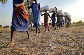 Mujeres de Riang, estado de Jonglei, llevan los objetos que MSF distrubuye a familias locales. Sólo contratar mujeres para este trabajo es una forma de apoyar a las personas más vulnerables de la comunidad.