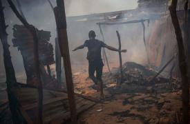 Periferia de Bangui, República Centroafricana, febrero de 2014. Las casas de los musulmanes que huyeron, saqueadas y luego incendiadas ©Marcus Bleasdale/VII