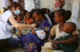 Una de las enfermeras de nuestro equipo comprueba si un niño presenta síntomas de desnutrición durante una clínica móvil en Adiftaw. Etiopía, marzo de 2021