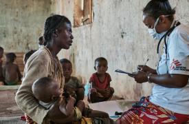 """Vitasoa (42 años) tiene seis hijos, y junto a cuatro de ellos caminó durante cinco horas para llegar a nuestra clínica móvil en Ranobe e ingresarlos en el programa de nutrición. """"Durante la temporada de lluvias vivimos de mandioca, mangos y hojas"""""""