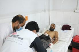"""MSB74361   Mahmood es atendido por nuestro personal en el hospital de Boost, tras haber recibido un disparo mientras él y su familia huían de su casa por la violencia. """"Mi familia depende de mí, pero ahora que tengo el brazo herido, me será muy difícil al"""